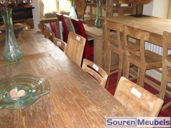 Teak stoelen aan tafel